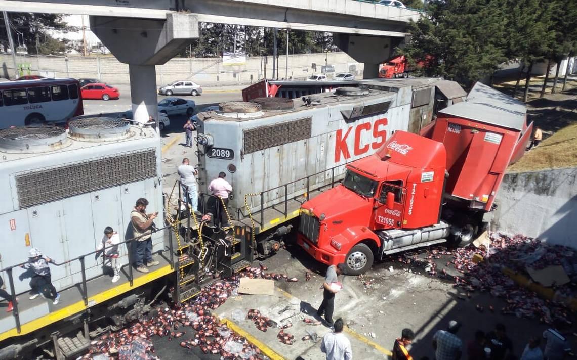 Tren arrolla a tráiler de Coca-Cola en Tollocan y Comonfort, rapiña se hizo presente en Toluca