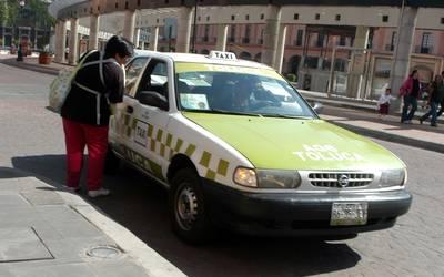 Compiten por pasaje taxis y plataformas digitales en temporada vacacional en Toluca