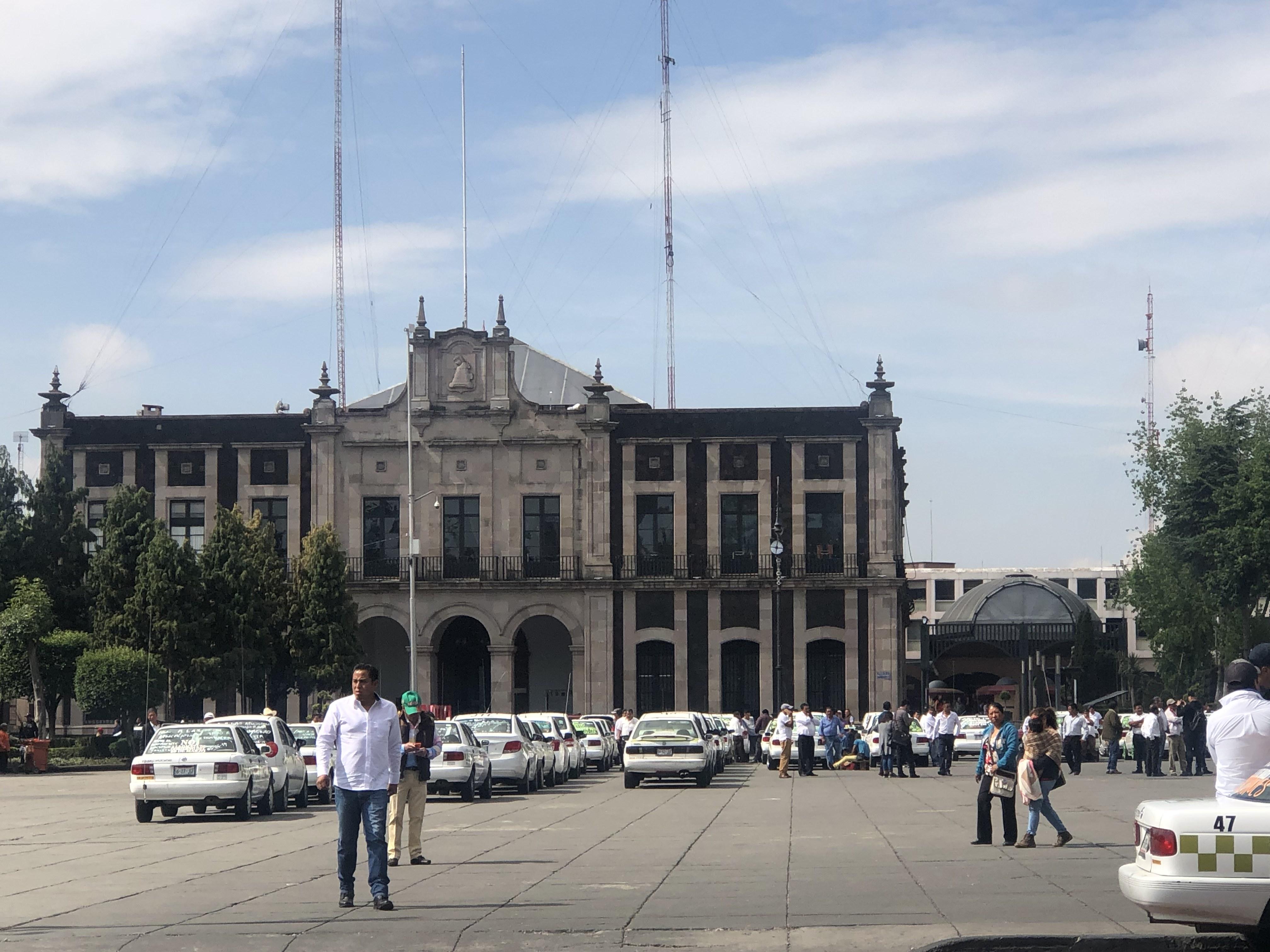 Taxistas llegan al centro de Toluca