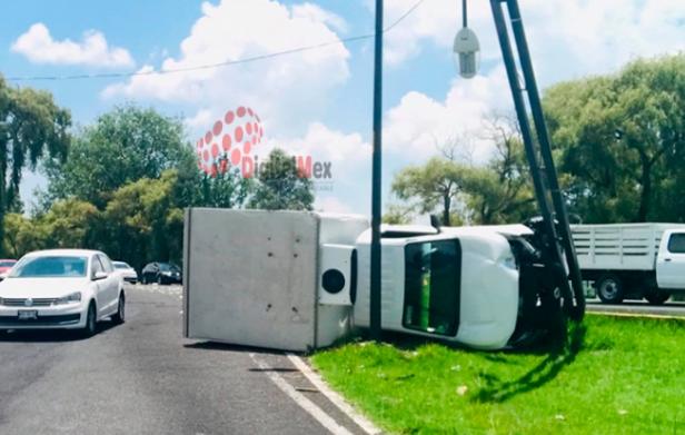 Vuelca camioneta de carga en Tollocan; tránsito lento