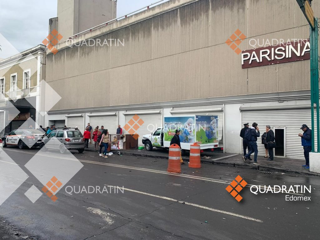 Camioneta de Marinela se lleva puesto de lotería tras choque en centro de Toluca