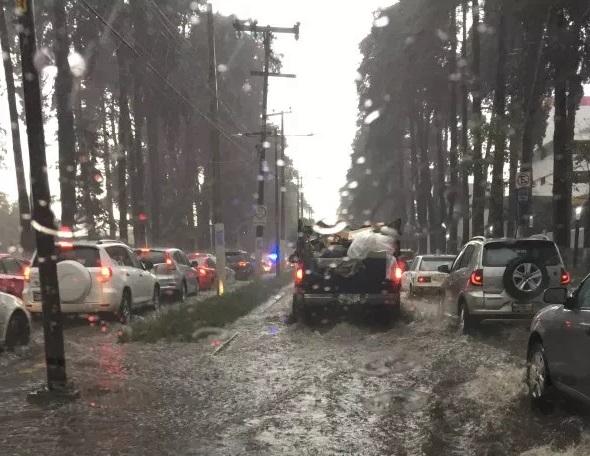 Tormenta acompañada de granizo causa inundaciones en Toluca