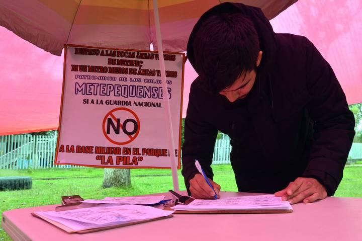 """Vecinos de """"la pilita"""", Metepec recolectan firmas para evitar base de la Guardia Nacional"""