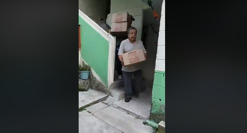 (Video) Entregan despensas a cambio de aceptación de Guardia Nacional en Parque la Pila