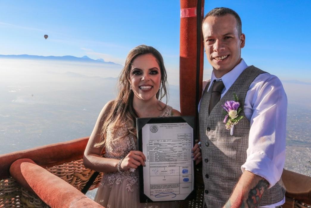 En las buenas noticias de hoy, nos encontramos con la primera boda celebrada por el Registro Civil del EdoMéx a bordo de un globo aerostático.