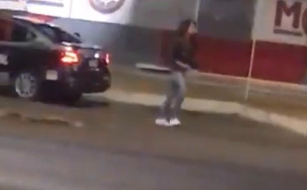 investigan a mujer que robo arma a policia