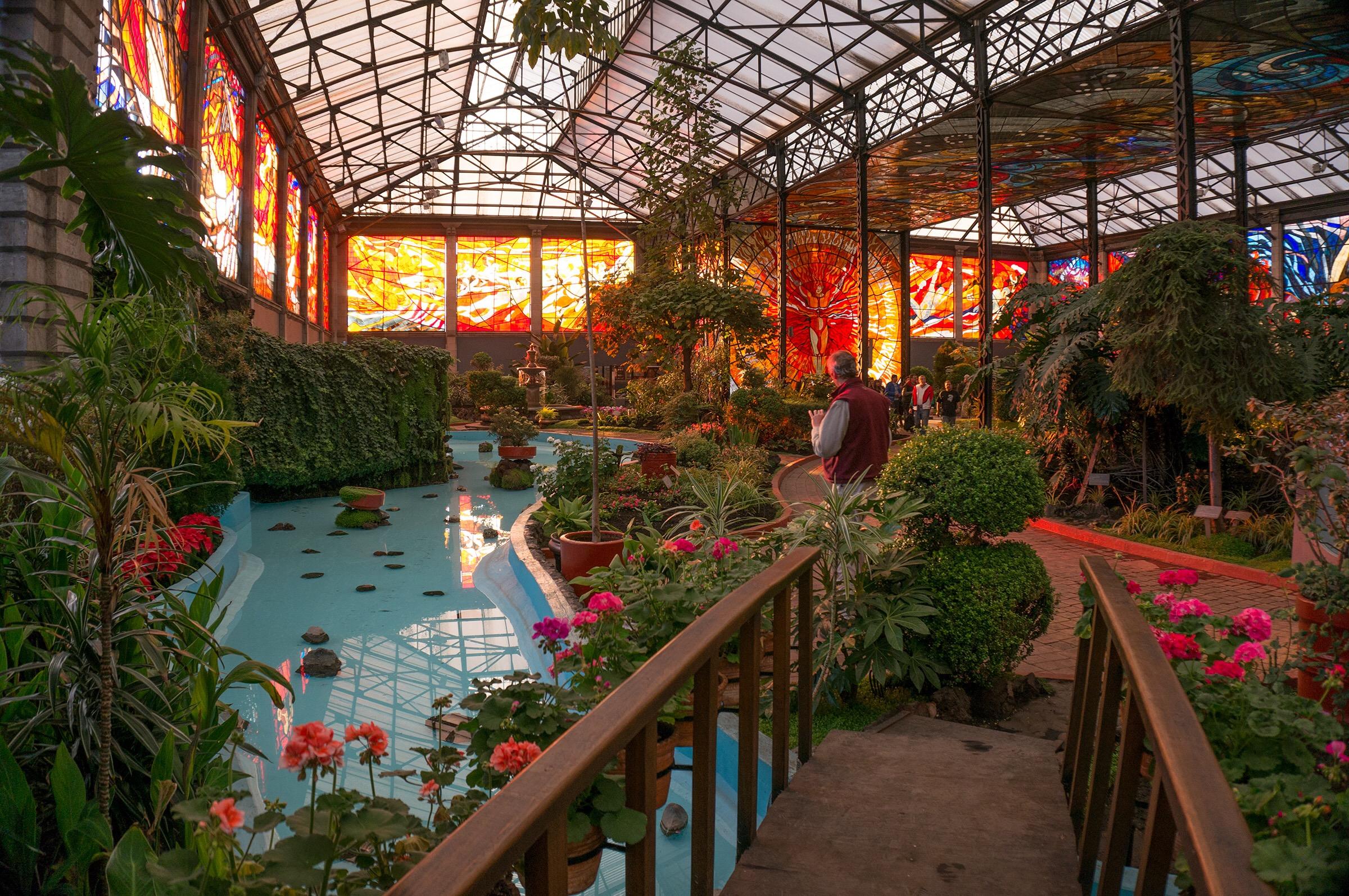 el vitral más grande del mundo es el cosmovitral y esta en Toluca