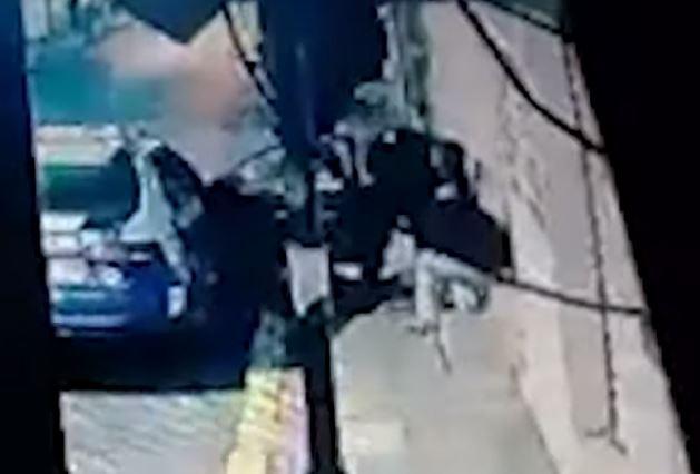 Policías asaltan a transeúnte en el Edomex