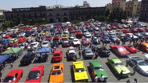 Exhibición de automóviles Mustang y clásicos en el centro de Toluca