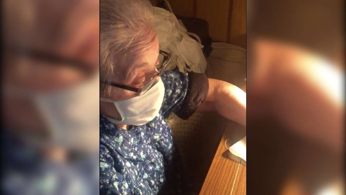 Abuelita cose cubrebocas para donarlos al hospital