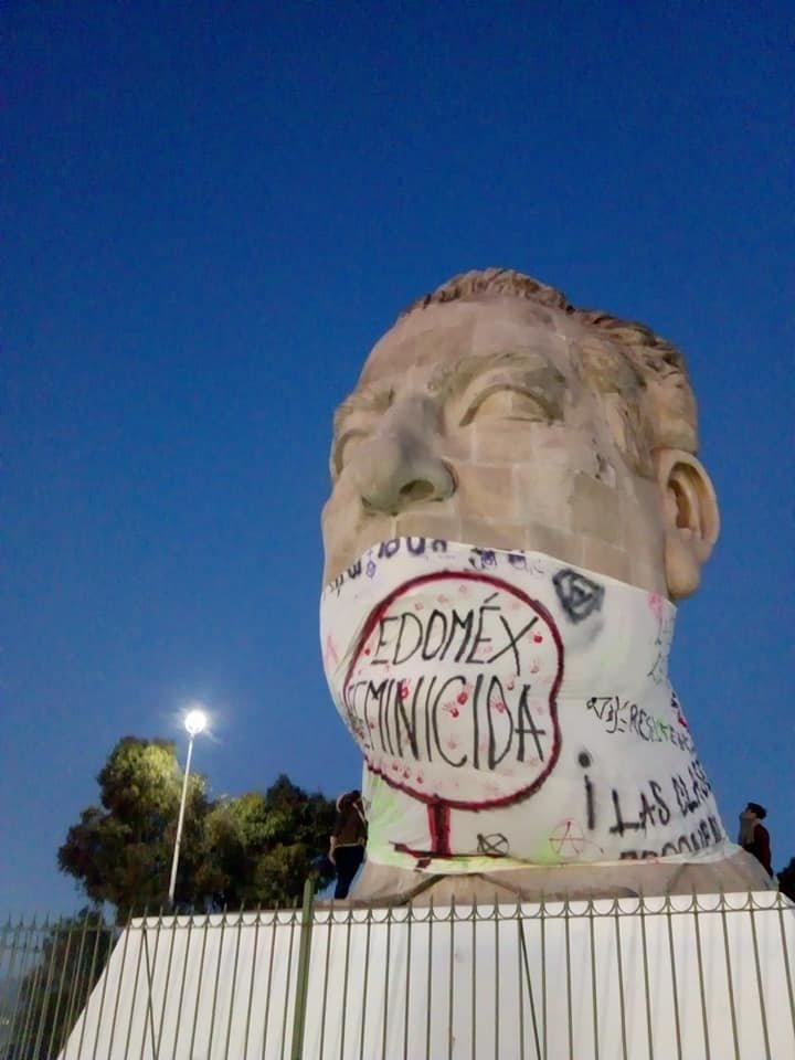Colocan manta sobre Adolfo López Mateos en CU de la UAEMex