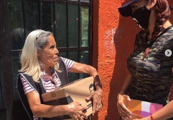 Captan a la hija del Chapo preparando despensas