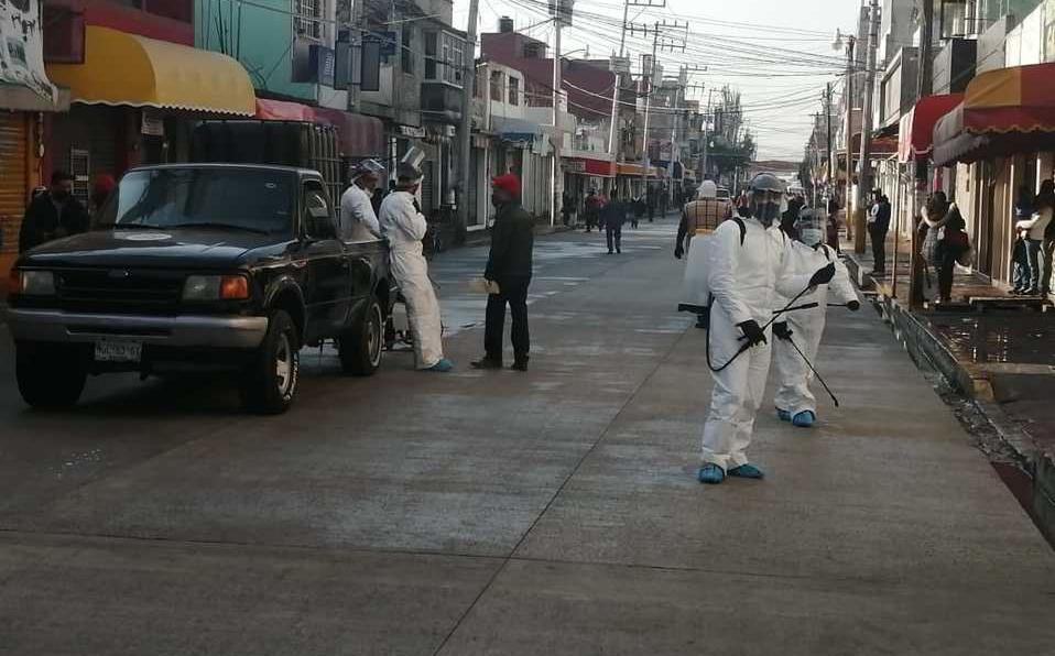 Desinfectan principales calles en Xonacatlán