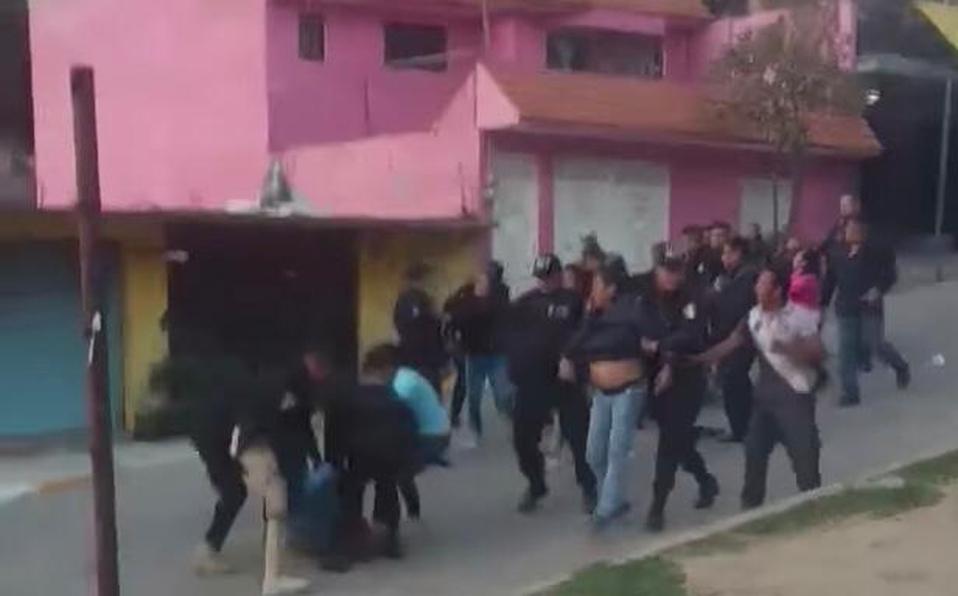 Familia se enfrenta a policías por cancelarles la fiesta