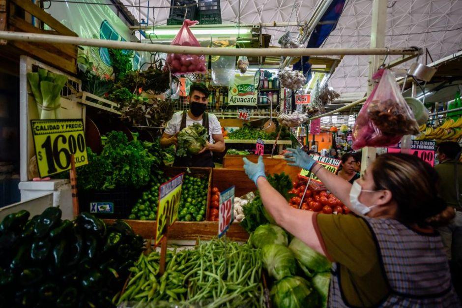 Mujer es grabada robando un celular en el mercado