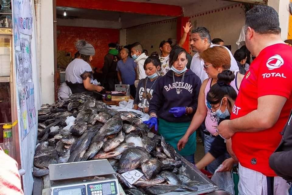 Les vale la Sana Distancia y acuden a San Luis Mextepec por pescado
