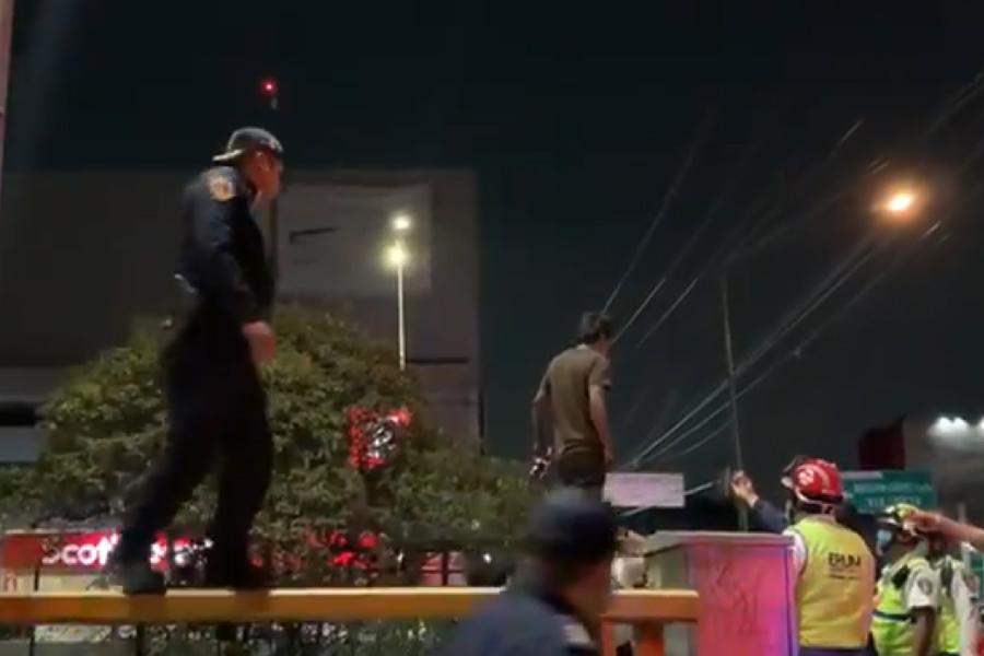 VIDEO || Policía en CDMX evita suicidio