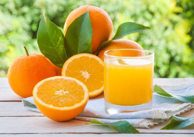 ¿Qué tan saludable es un jugo de naranja natural o procesado?