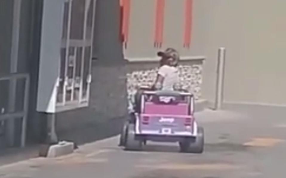 Hombre llega a comprar pizza en un auto de juguete