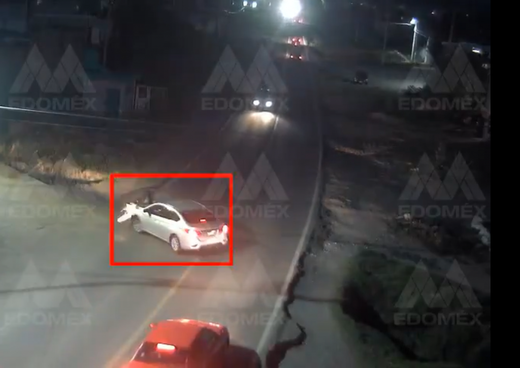 Motociclista es embestido por un automóvil    VIDEO