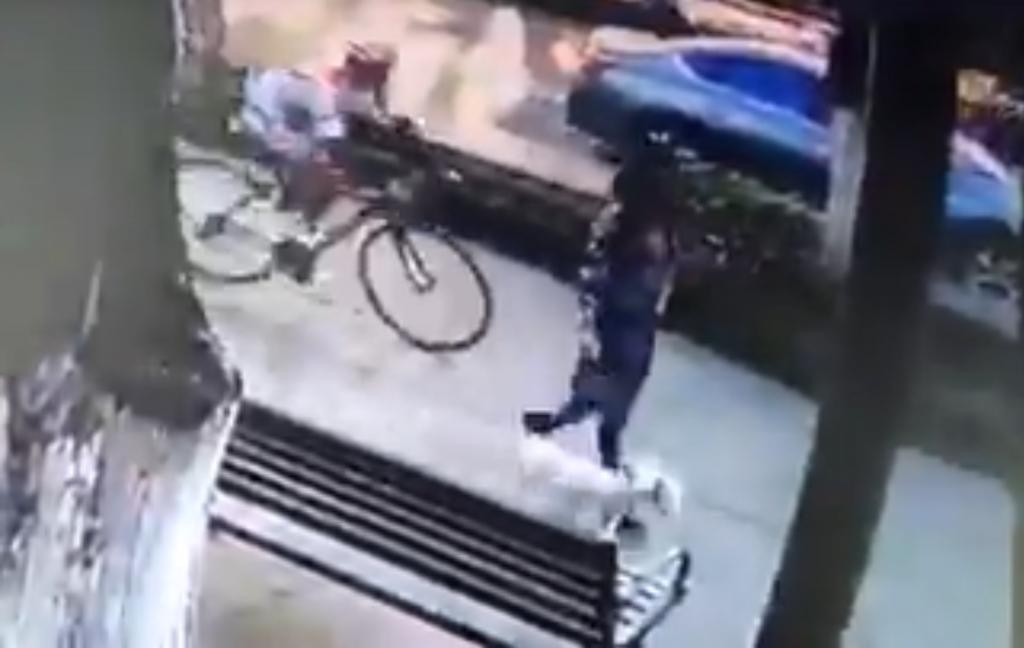 Mujer es acosada por ciclista en Paseo Colón VIDEO