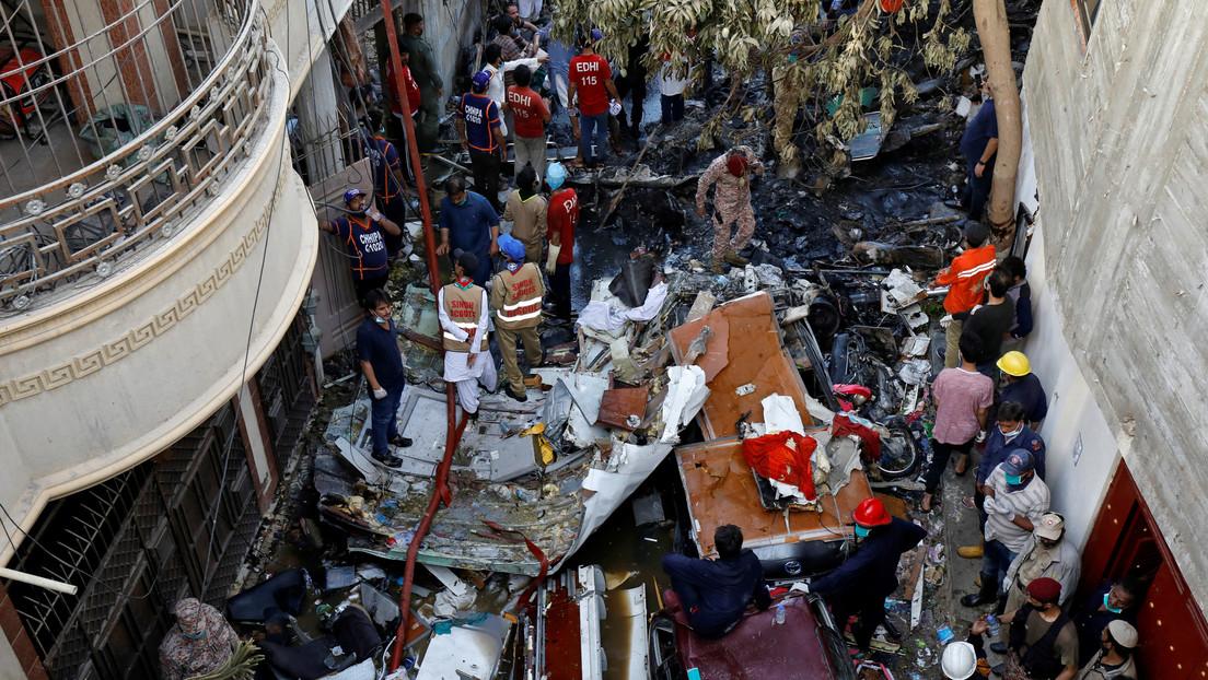 Pakistán || Avión se estrella con personas abordo. VIDEO