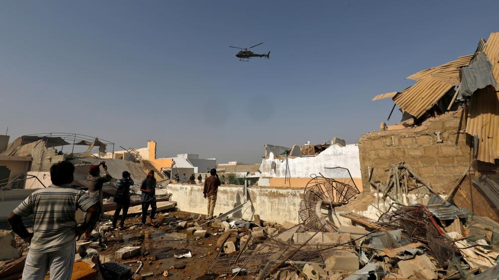 Pakistán || Avión se estrella con personas abordo VIDEO