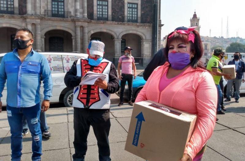 Reparten despensas a payasos y músicos en Toluca