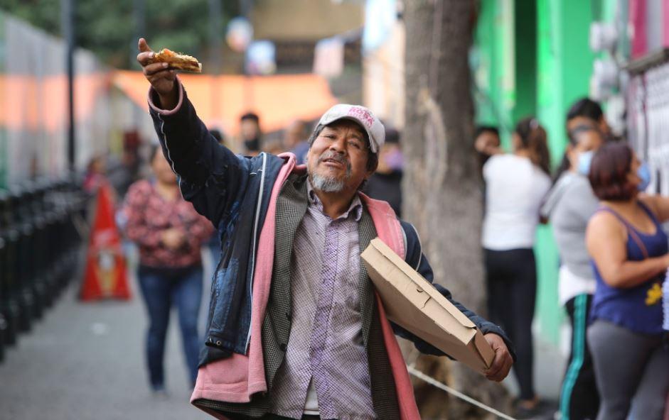Restaurante regala pizzas a los más necesitados en Toluca