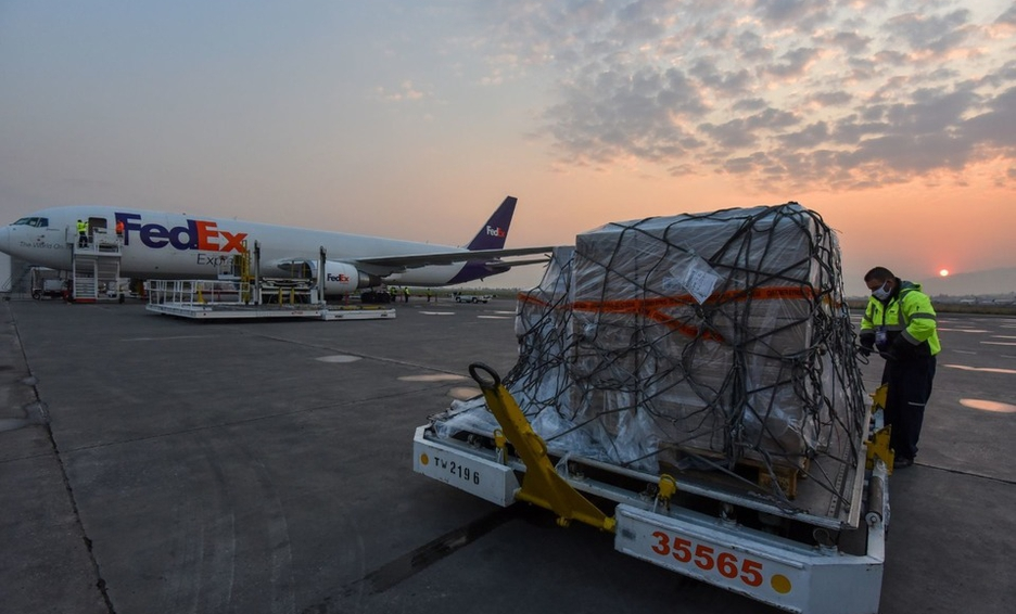 Tercer avión con insumos médicos aterriza en Toluca