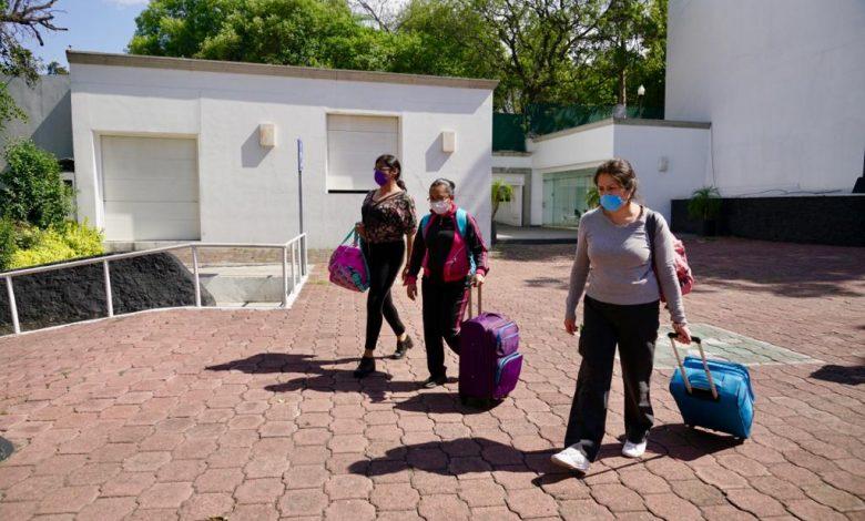 Médicos y enfermeras inician su hospedaje en Los Pinos.