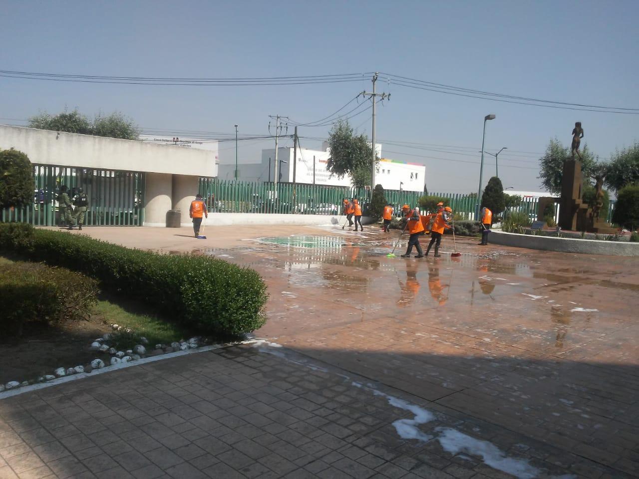 Continúa Toluca sanitización y limpieza de áreas externas en hospitales, albergues y espacios públicos de todo el territorio municipal