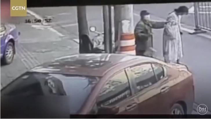 (Video) Mujer da a luz mientras caminaba por la calle