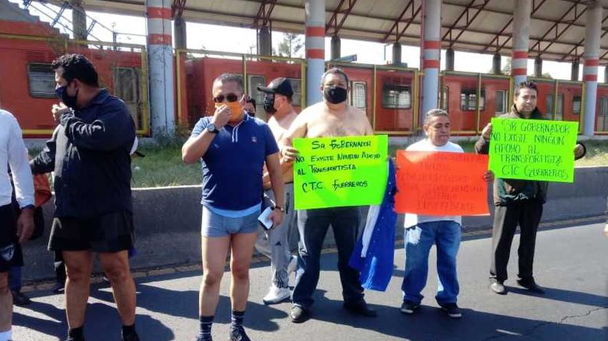 Taxistas protestan sin ropa en Ecatepec