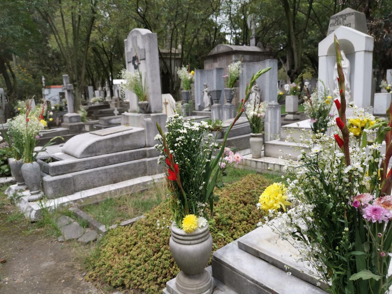 Así es como limpiaron y adornaron en Toluca las tumbas de los padres difuntos en su día