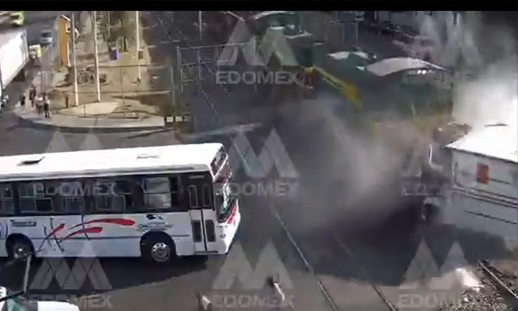 Tren-impacta-a-tráiler-en-el-Edomex