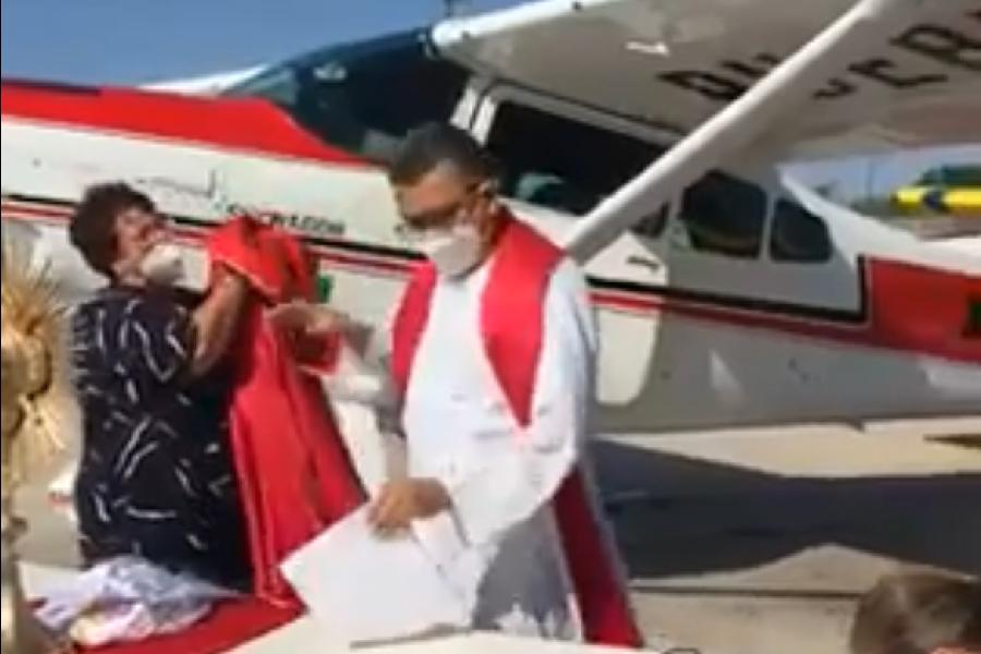 VIDEO || Lanzan agua bendita en Sinaloa, para proteger a la ciudadanía de COVID-19