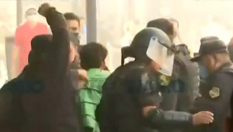 VIDEO del momento en el que un policía noquea a manifestante para detenerlo en Guadalajara.