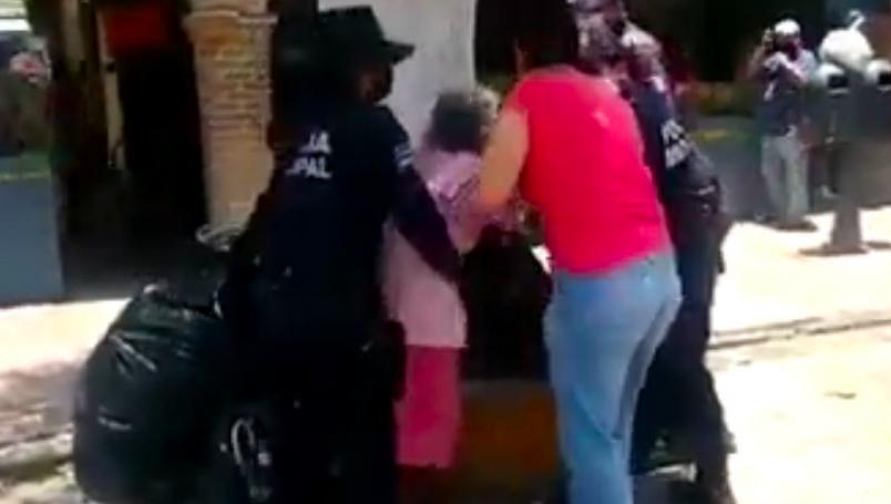 VIDEO || Policías forcejean con anciana por no portar cubrebocas