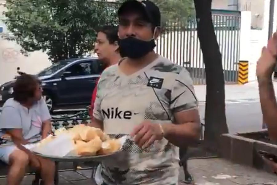 VIDEO || Transeúnte regala bolillos para el susto después del sismo