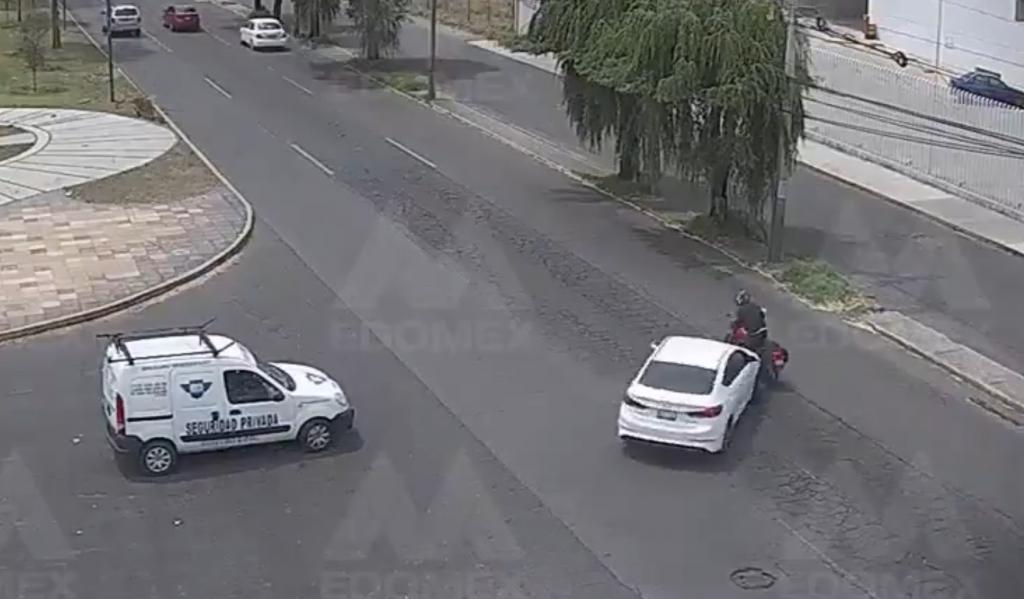 VIDEO auto embiste a motociclista en