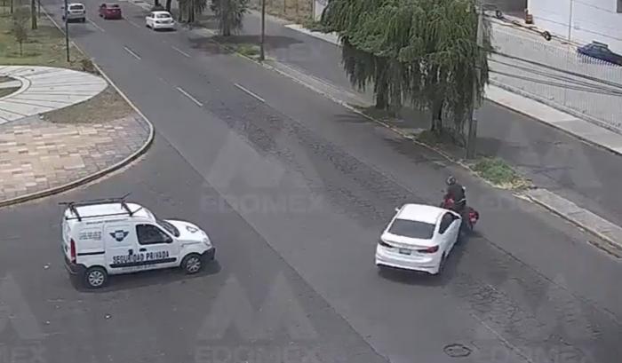VIDEO || Auto embiste a motociclista en Metepec