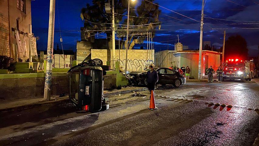 Volcadura de automóvil tras choque en delegación de Toluca1