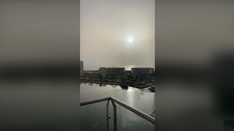 (Video) Así entro la gran nube de polvo en las playas de Cancún