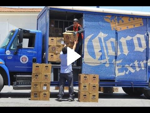(Video) Camión tira cerveza por accidente y un grupo de personas realiza rapiña