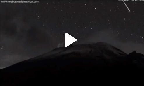 (Video) Captan el paso de una estrella fugaz a un costado del Popocatépetl