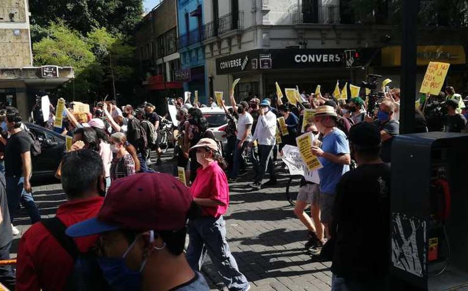 VIDEO    Policía noquea a manifestante para detenerlo en Guadalajara
