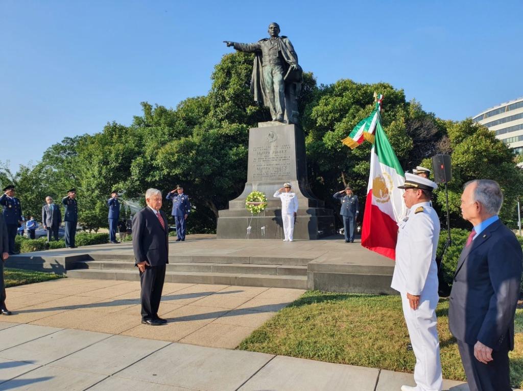 Andrés Manuel López Obrador durante su visita a la efigie del Benemérito de las Américas, Benito Juárez