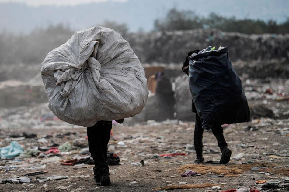 Desechos médicos al aire libre en tiradero de basura en la CDMX