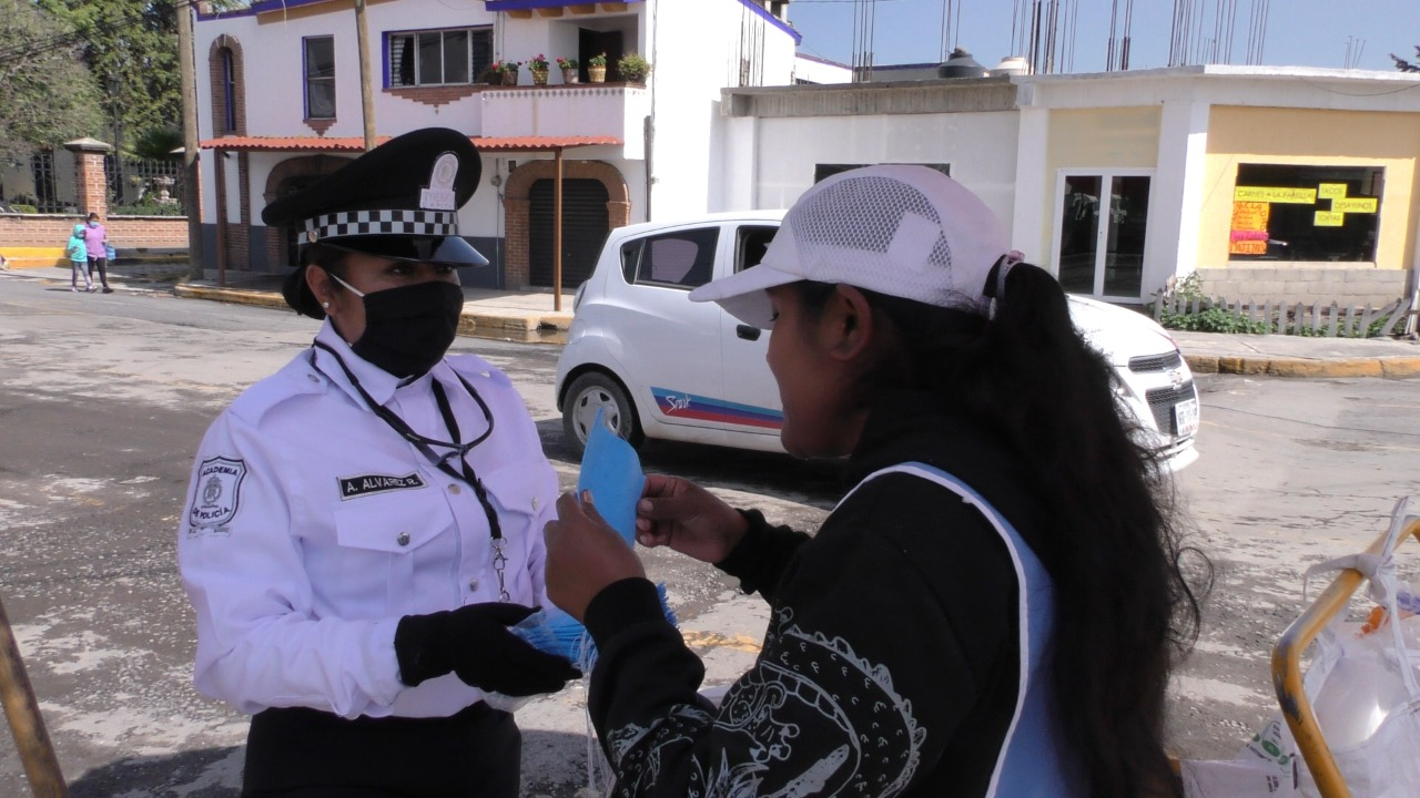En Toluca regalan 50,000 cubrebocas en espacios públicos